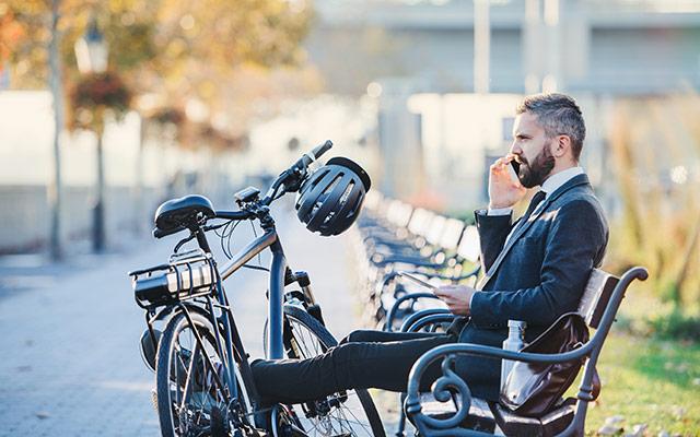 Uporaba telefona med kolesarjenjem