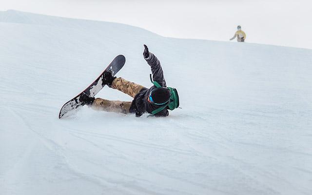Poškodba komolca pri deskanju na snegu